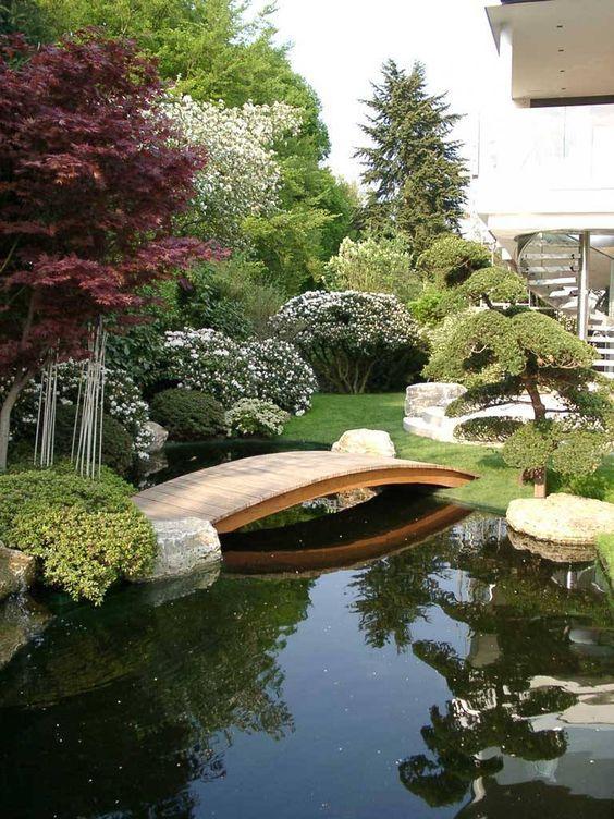 Hồ Koi kết hợp sân vườn với câu cầu là điểm nhấn