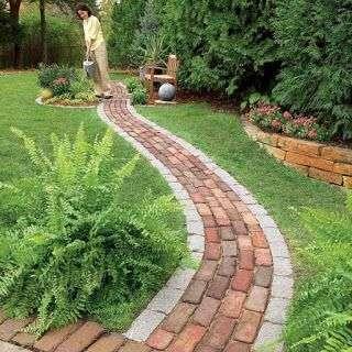 sân vườn với một lối đi lát gạch