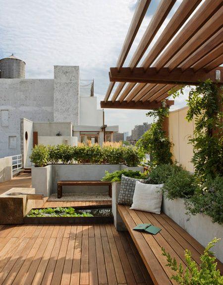 vườn tầng thượng với sàn gỗ và các loại cây nhỏ